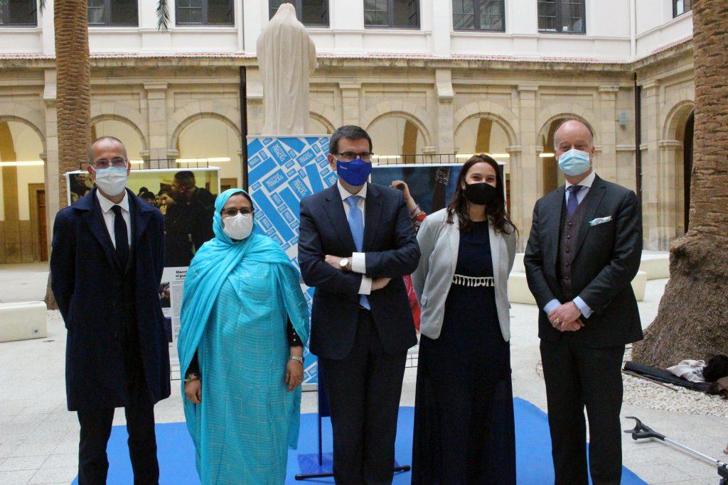 Yann Battefort, cónsul de Francia en Bilbao, con la periodista Fatima Galia, el vicerrector de Deusto, Juan José Etxeberria, y Margot Le Peltier y Edouard Mayoral, del Instituto Francés