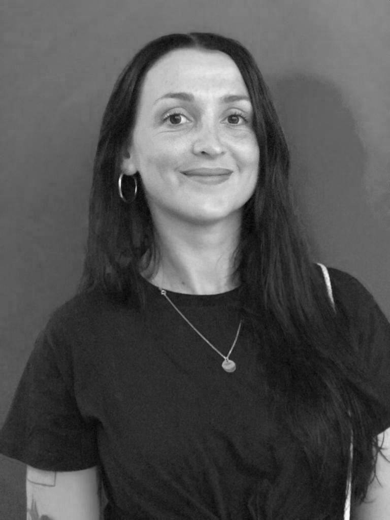 Alexia Macia. Nacida en 1985, es una artista visual francesa, actualmente establecida en Bayona. En 2010 se graduó de la escuela de bellas artes de Burdeos, Francia.