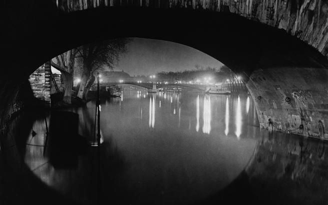 Brassaï (1899-1984). La pasarela de Solférino vista a través del Pont Royal. París, 1931. / Estate Brassaï Succession, Paris © Estate Brassaï Succession-Philippe Ribeyrolles.