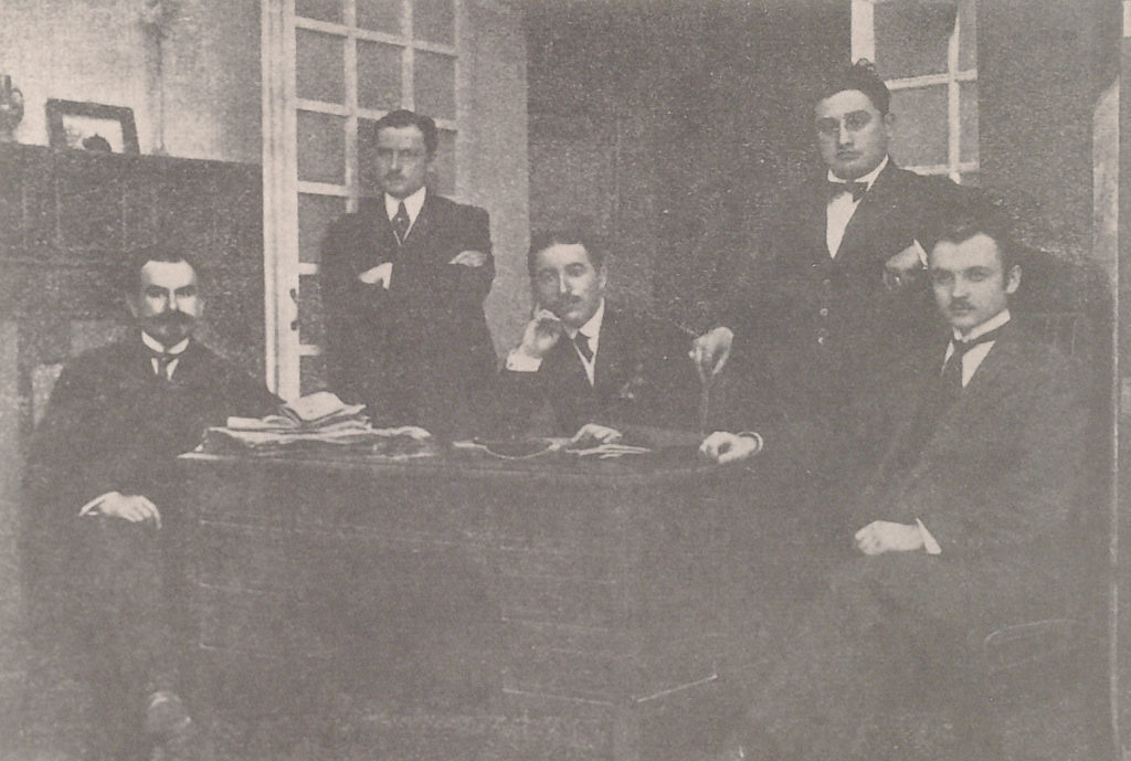 El equipo pedagógico del IFZ en 1919. En el centro vemos al director Alfred Camdessus. A la derecha del director y de pie se halla Emilio Ostalé Tudela, conferenciante de la sección de Bellas Artes del IFZ. Los otros tres son los profesores de inglés, francés y dibujo, pero no podemos identificar quién es quién.